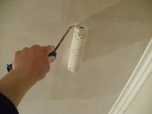 Покраска потолка с помощью водоэмульсионной краски